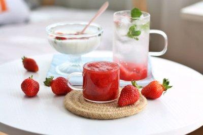 香甜草莓酱和草莓气泡水