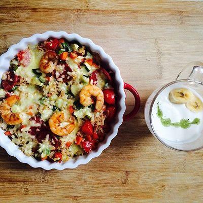 蔬菜虾仁腊肠焗饭配香蕉拉花酸奶