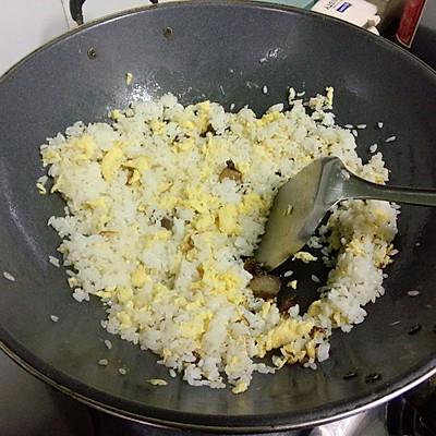 大喜大牛肉粉试用之腊味虾仁蛋炒饭的做法 步骤6