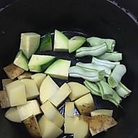 铸铁锅焖杂蔬鲜虾配薄荷酸奶酱的做法图解1
