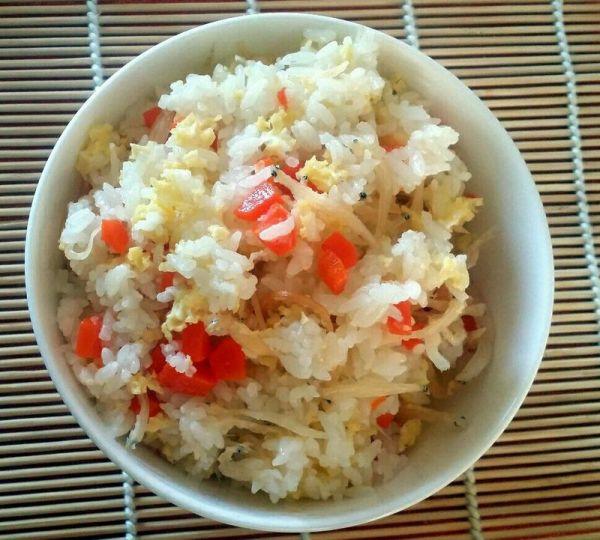 【银鱼仔红萝卜鸡蛋油盐焖饭】的做法