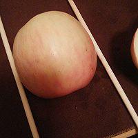 在把你切开的大的一半的苹果  平放  用筷子夹住   (看图)图片