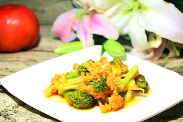 茄汁双花 宝宝辅食,西兰花+花菜+西红柿+番茄酱的做法