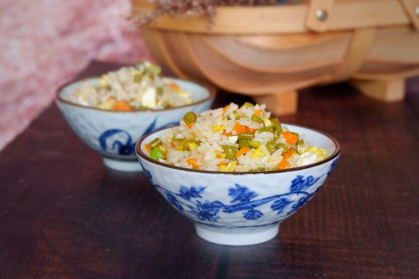 酸豆角炒饭的做法