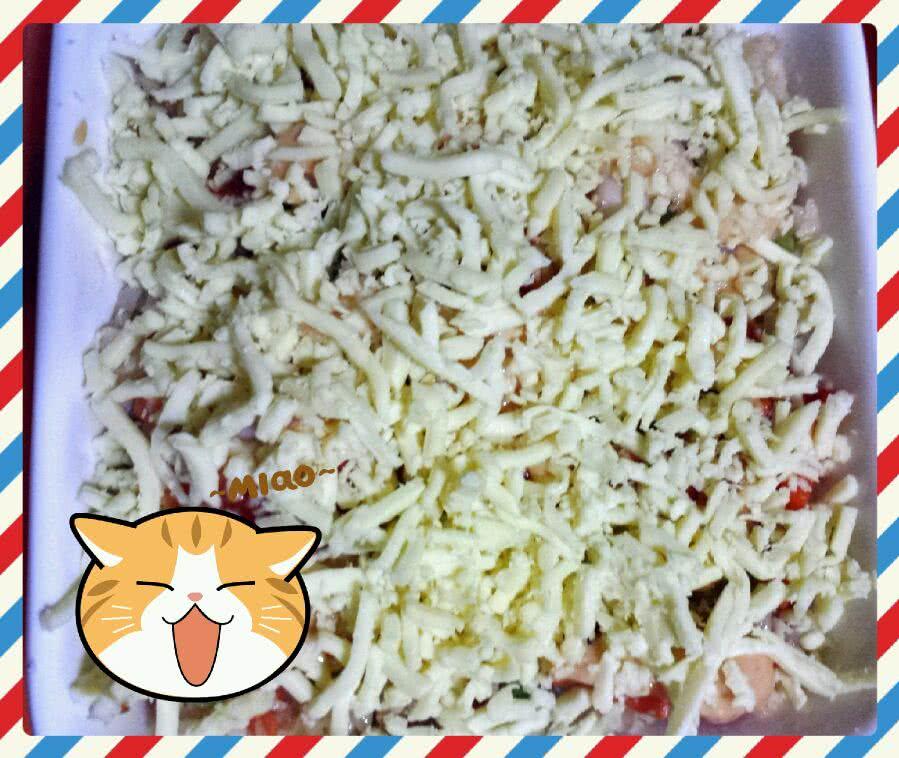 1炒好的米饭均匀摆盘,放入千岛酱和番茄酱2铺一层马苏里拉