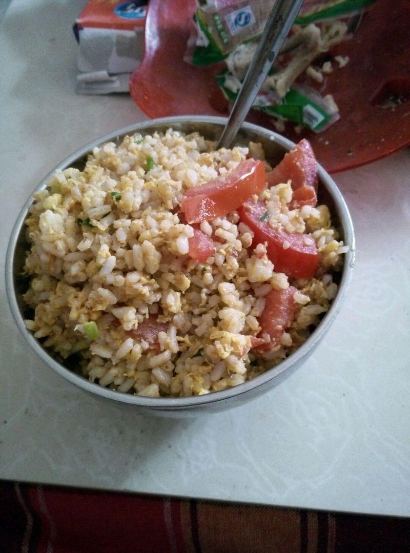 鸡蛋2个 过夜饭1碗 西红柿1个 葱适量 盐适量 西红柿炒蛋饭的做法步骤