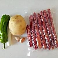 #下饭红烧菜#土豆片炒腊肠的做法图解1