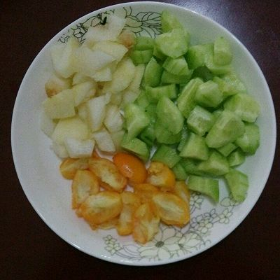 黄瓜雪梨金桔汁的做法 步骤1