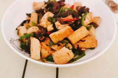 简单易做的尖椒木耳炒豆腐