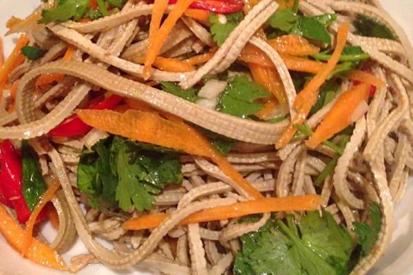 时间:10分左右       主料 豆腐丝200g 辅料  胡萝卜半根 香菜
