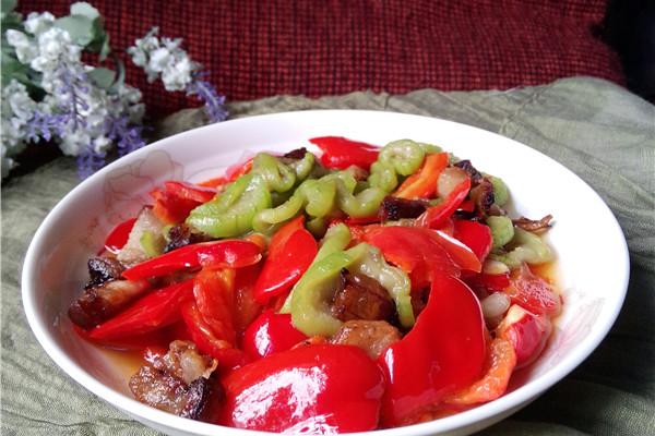 红肥绿瘦:甜椒丝瓜的做法