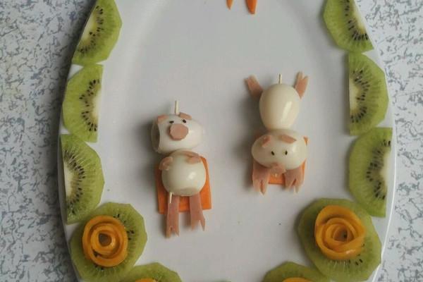主料 鹌鹑蛋4只 火腿肠,红萝卜,猕猴桃,芒果适量 两只小懒猪的