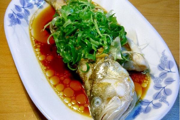 主料 鱼(这次用的鲈鱼) 姜葱 蒸鱼鼓油 清蒸鱼的做法步骤 3.