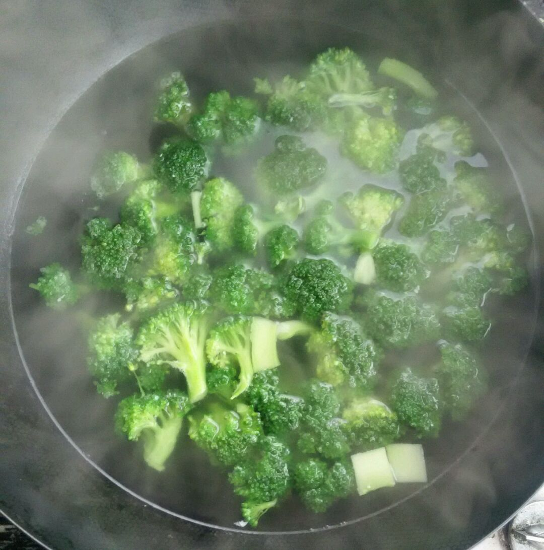 3. 锅中放水加少许油和盐烧开,加西兰花焯烫,再放黑木耳焯,焯好后放凉开水中。