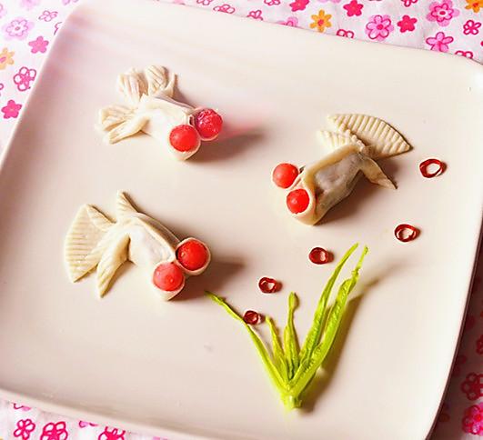 小金鱼的制作过程就可以交给宝宝完成了,步骤用文字描述有些繁琐,其实