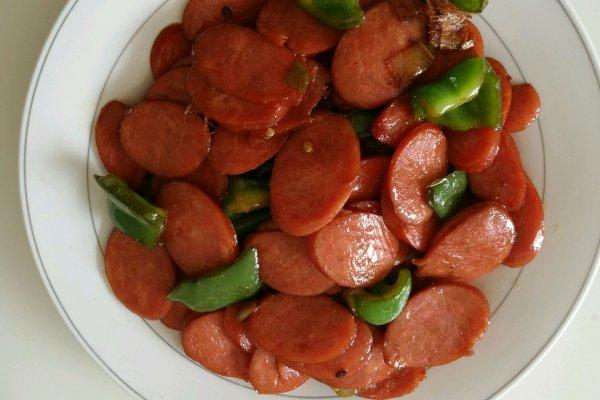 青椒炒红肠的做法