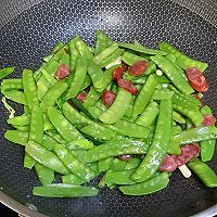 荷兰豆炒腊肠的做法图解5