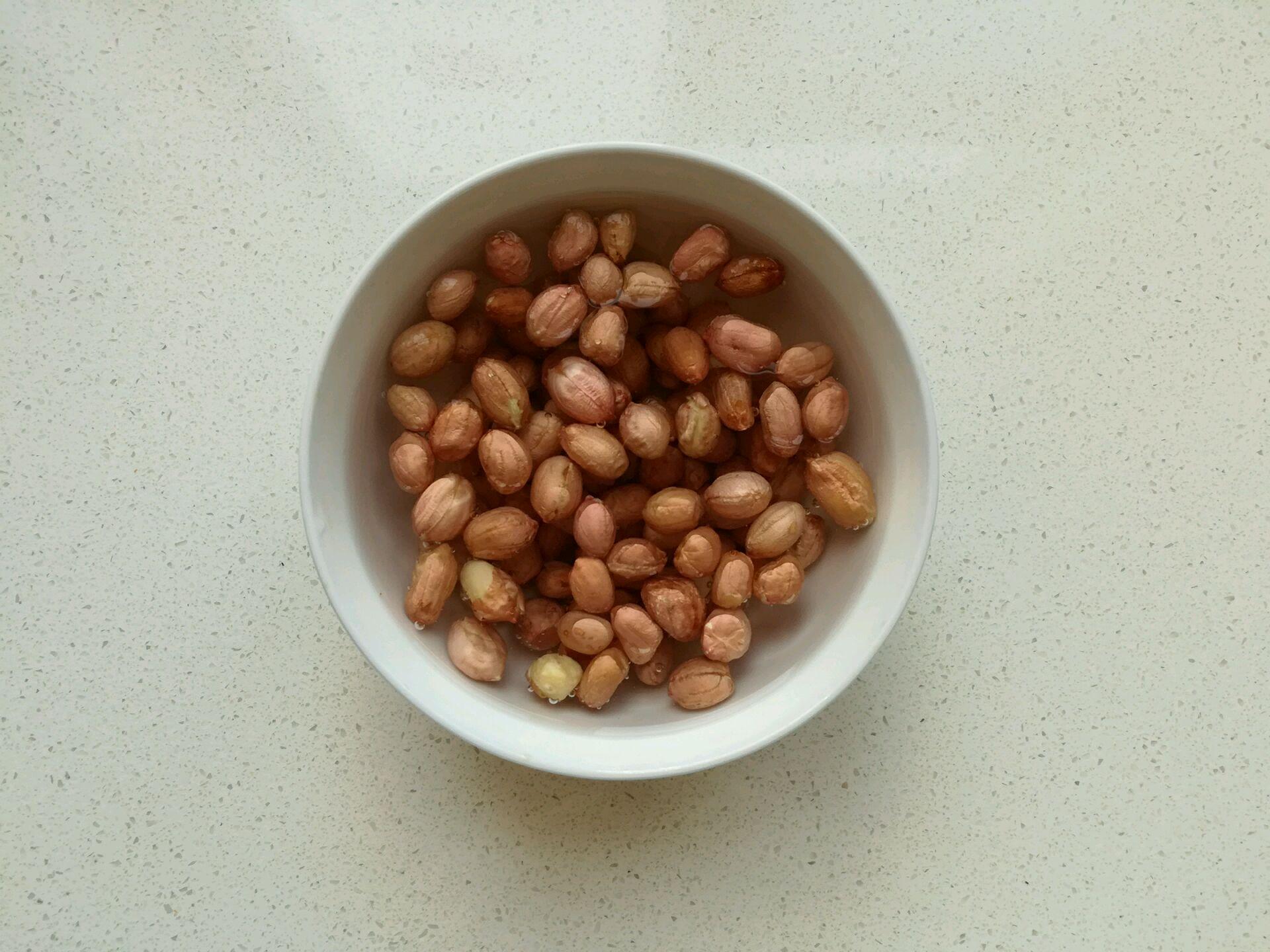 准备生花生豆.用水泡发.