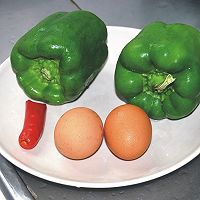 青椒炒鸡蛋的做法图解1
