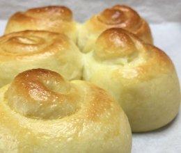 超柔软淡奶油面包,松软可口,奶香味十足,一口下去超幸福。的做法