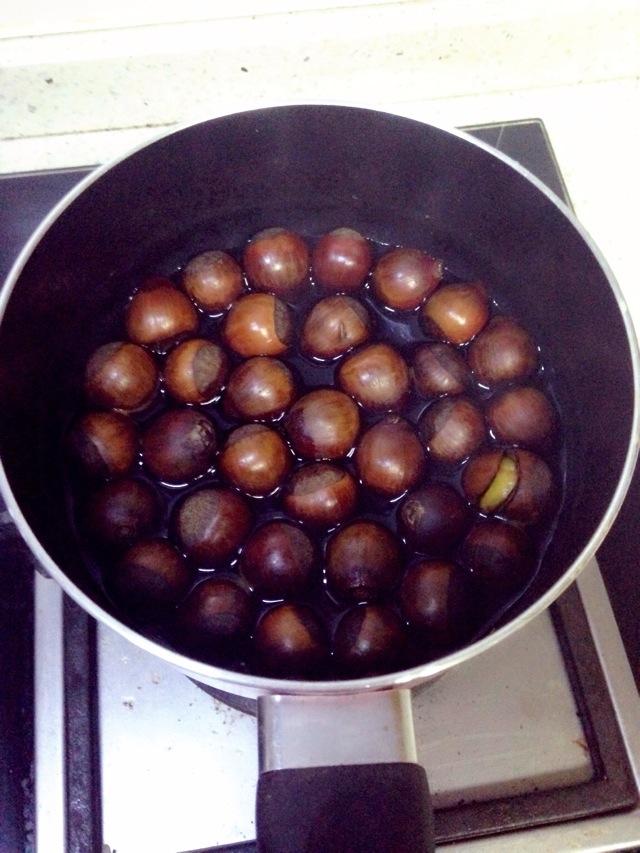 主料 酱油煮栗子的做法步骤 1. 栗子洗净,破口.