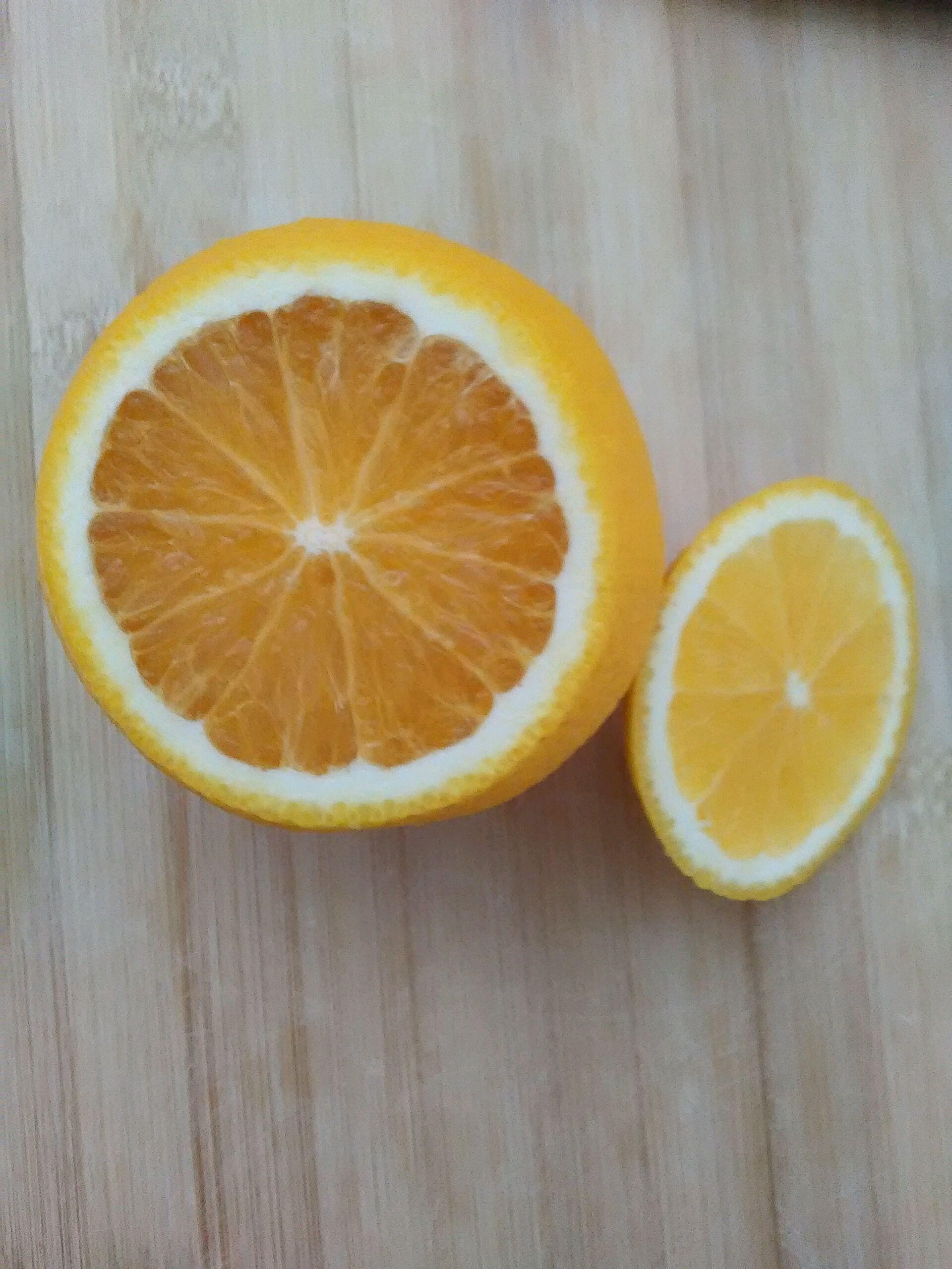 橙子炖蛋的做法步骤 3. 用勺子掏空果肉