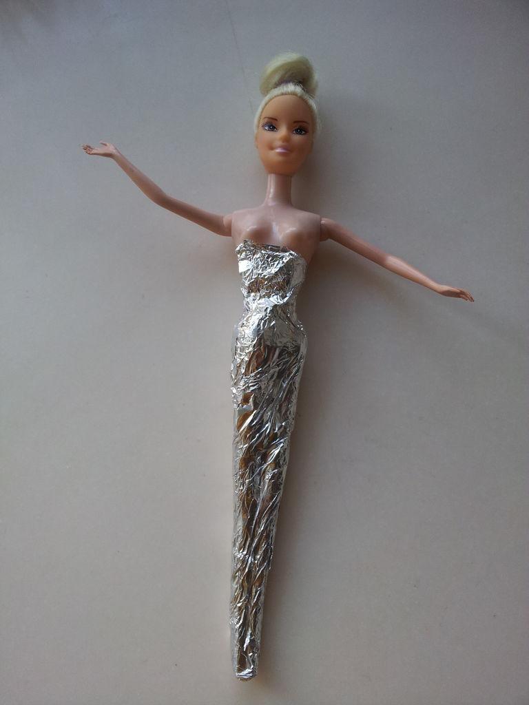 怎样自己制作芭比娃娃的衣服