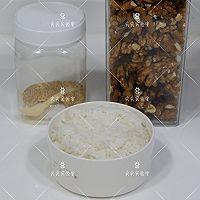 芝麻核桃蚝油炒饭的做法图解1
