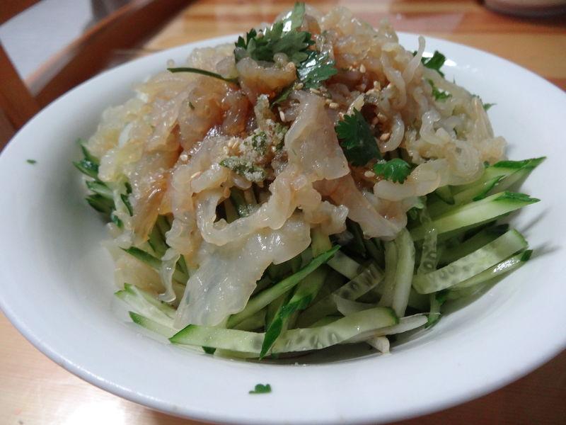 切墩(初级)   时间:10分左右       主料 海蜇丝100克 黄瓜1根 香菜