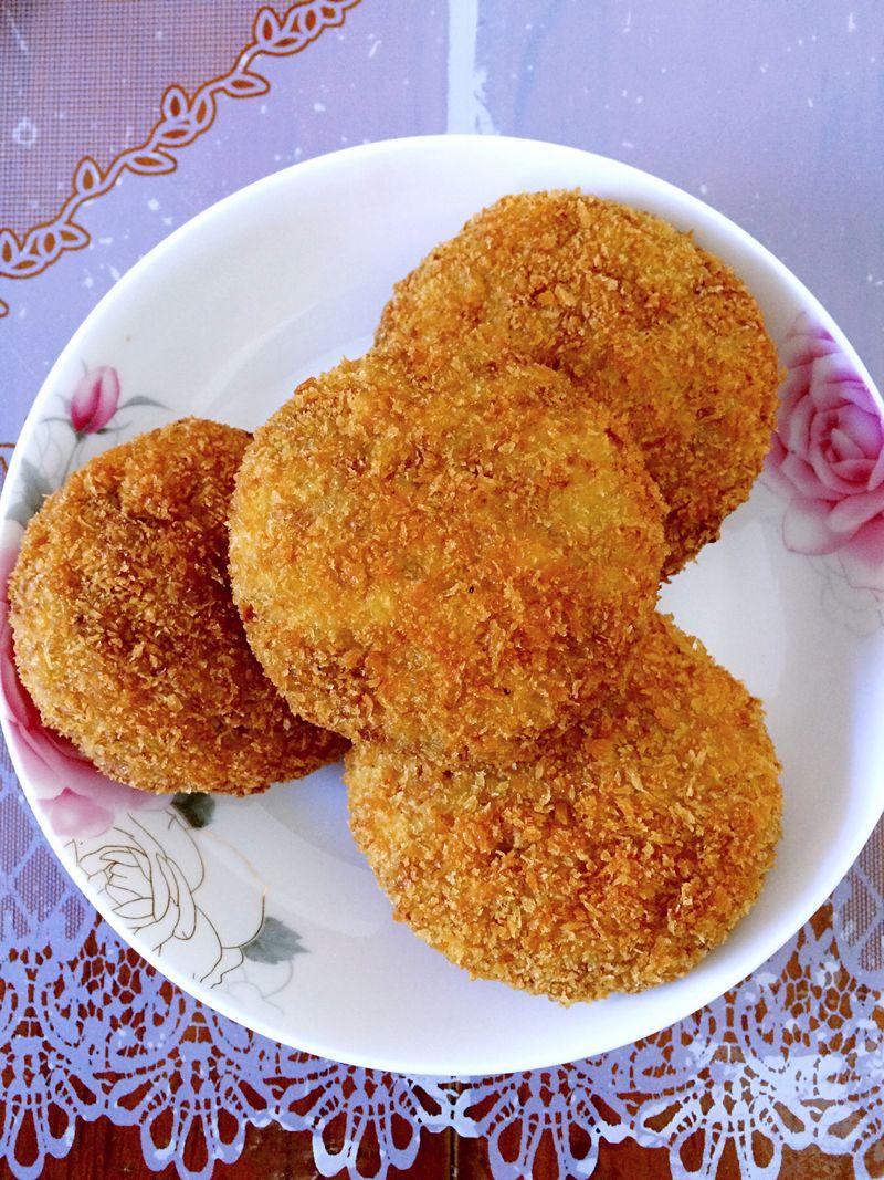 油没过土豆饼 鸡蛋2个 面粉适量 土豆饼(コロッケ)的做法步骤