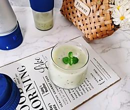"""#蓝陌小""""鲜""""杯:会制冷的榨汁杯#猕猴桃雪梨多的做法"""