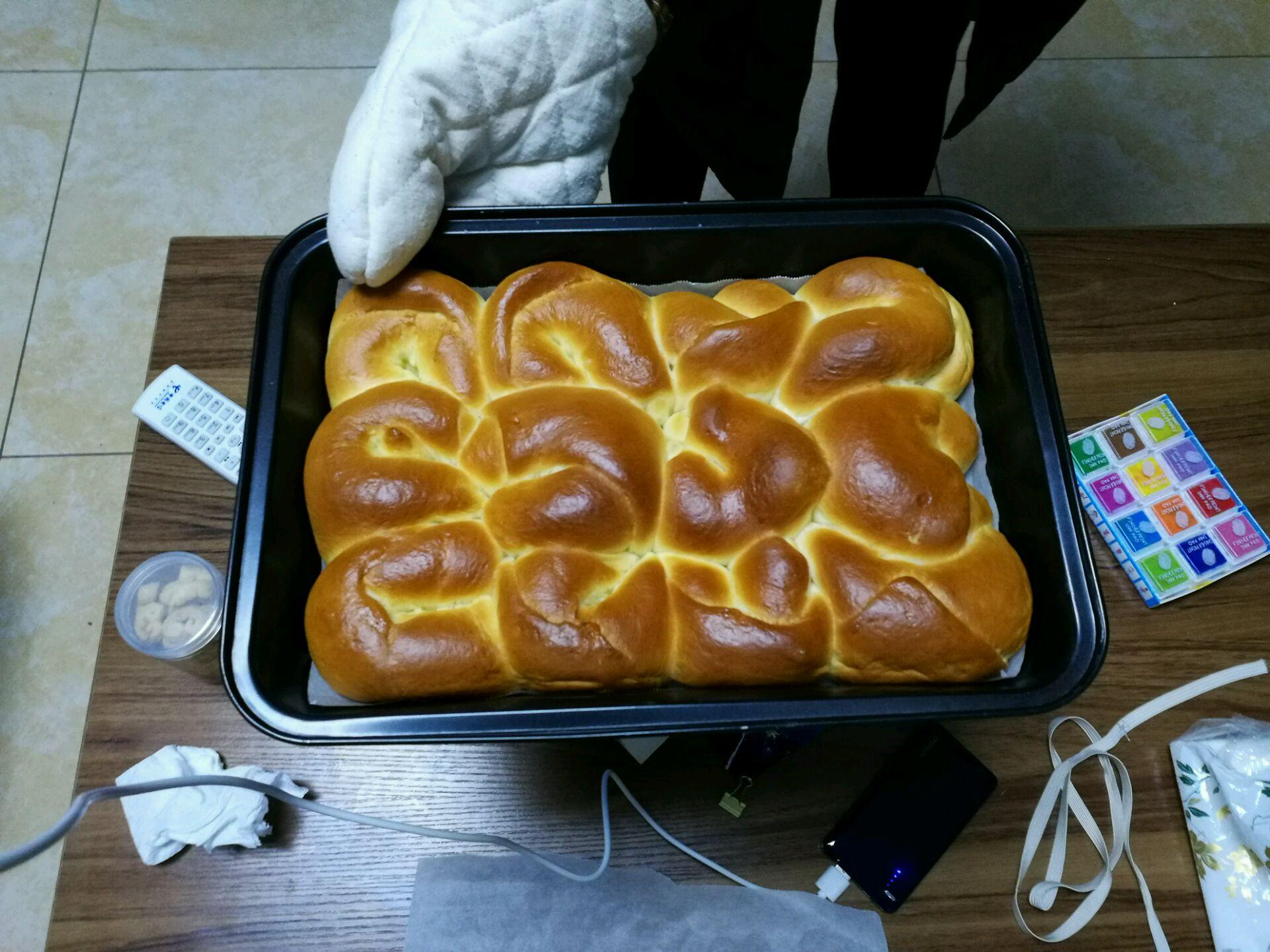 25ml 奶粉8克 水110ml 全蛋(刷面)适量 怪形小面包的做法步骤 1.