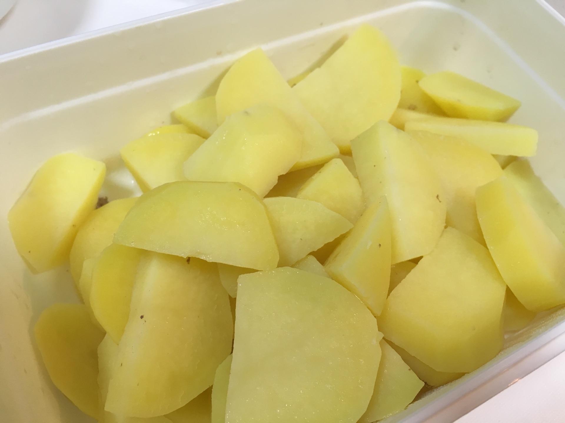 把2个土豆切块,把煮过排骨的水可以继续煮土豆,筷子能插进去土豆中间