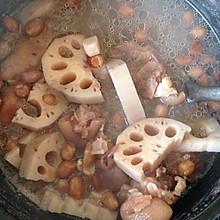 莲藕花生猪脚汤