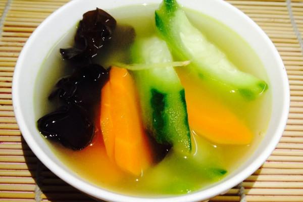 家乐浓汤宝--味三鲜(上汤丝瓜木耳红萝卜)的做法