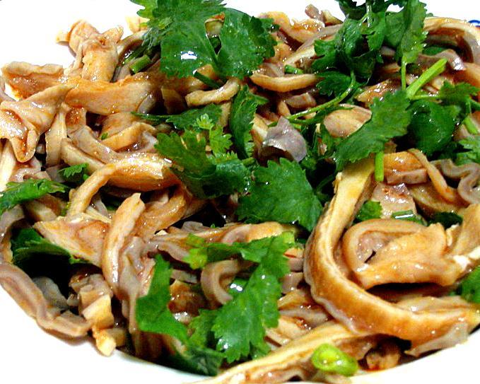 4. 拌肚丝的质量好坏,关键在于煮肚。如果煮得火候不当,不是发硬发艮、咬嚼不动,就是过于酥烂,切不出丝,也没有嚼劲。所以,煮的时候,当锅内的水烧开后,要立即转入中小火(水微沸)煮,并不断用筷子戳肚,一旦能戳进肚内,要及时出锅。这样煮出的肚,既脆嫩又有一定的嚼头韧性,但抽缩较大不够丰满,因此,需把它放入盘内,加少许鲜汤,再上笼屉稍蒸一下取出。这样做,既能保持肚的脆嫩、有韧性的优点,又能使肚的体积膨胀丰满(一般可膨胀1倍左右),而且切出的肚丝又多又嫩。
