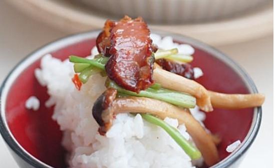 水芹腊肉茶树菇的做法