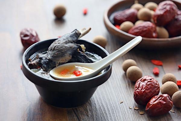 补气血的乌鸡山药萝卜汤的做法