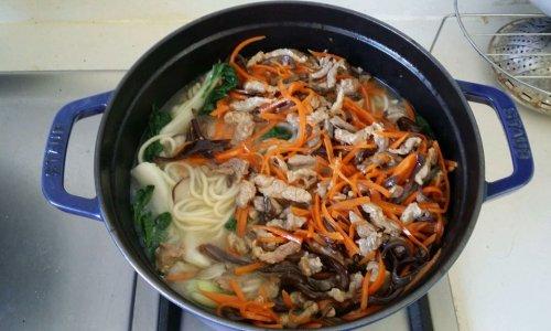 蔬菜肉丝面的做法