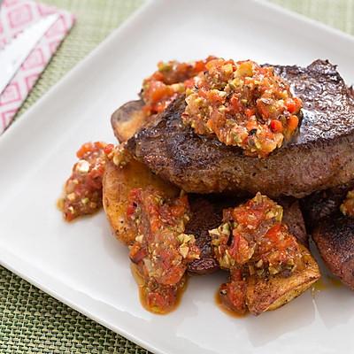 煎牛肉配西班牙甜椒番茄酱汁佐烤土豆