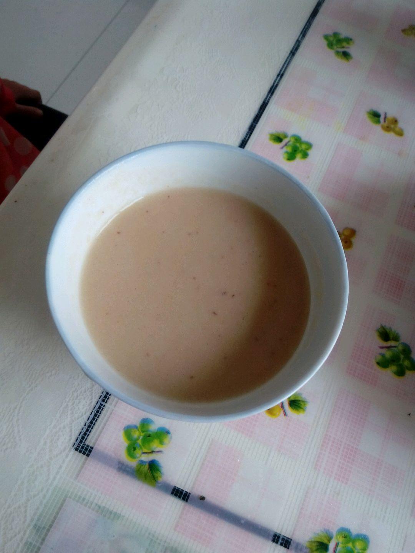 糖和水 现磨豆浆的做法步骤 2. 把黄豆放到电饭煲.水刚刚盖过黄豆.