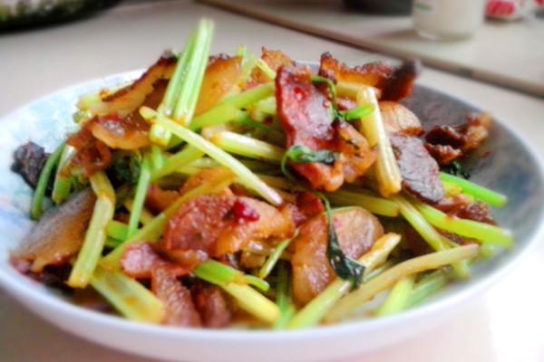 芹菜炒腊肉的做法