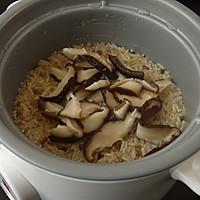 腊肉香菇炒糙米饭#美的初心电饭煲#的做法图解6