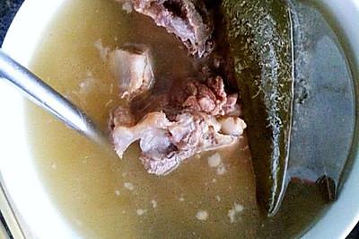 潤肺止咳:枇杷葉煲豬骨