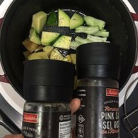 铸铁锅焖杂蔬鲜虾配薄荷酸奶酱的做法图解2