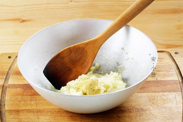 把软化的黄油,盐和胡椒粉合成调味料,放入压好的土豆泥中,搅拌均匀.图片