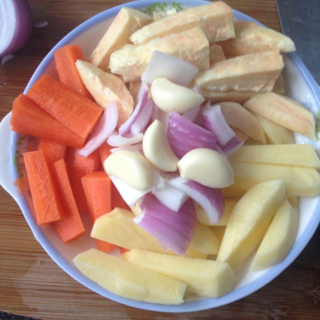 将红萝卜,洋葱,土豆切块切条,红薯拌匀,放少量盐和调和油过人一下雷东多反牛尾巴去皮GIF图片