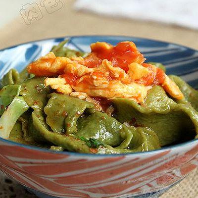 【家乐上菜,家常有味】在家自制放心菠菜面:番茄鸡蛋油泼扯面