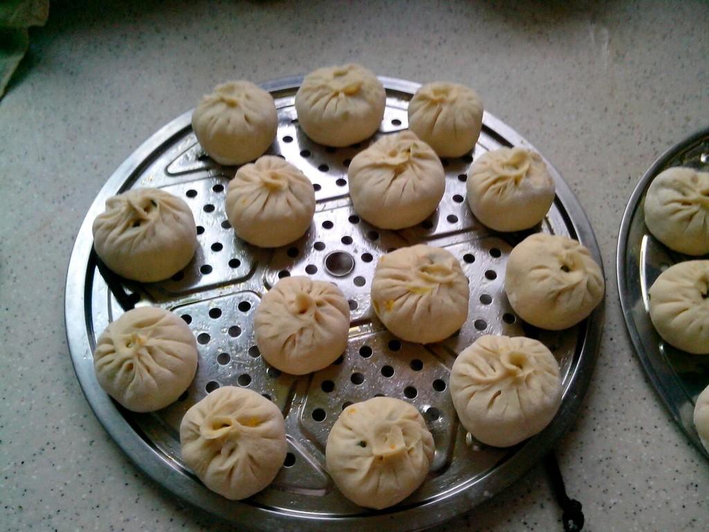 南瓜韭菜包子的做法步骤 1. 1.面粉加加发酵粉,揉光,发旺
