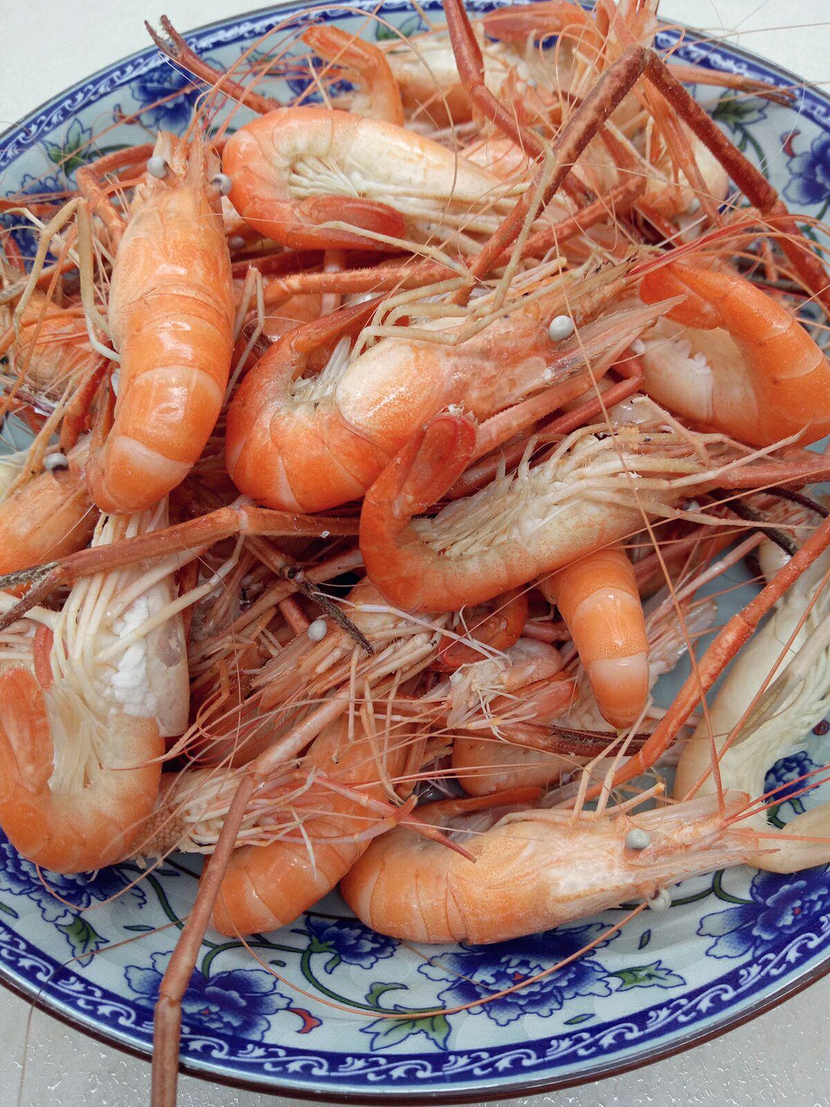 白灼淡水虾的做法图解1
